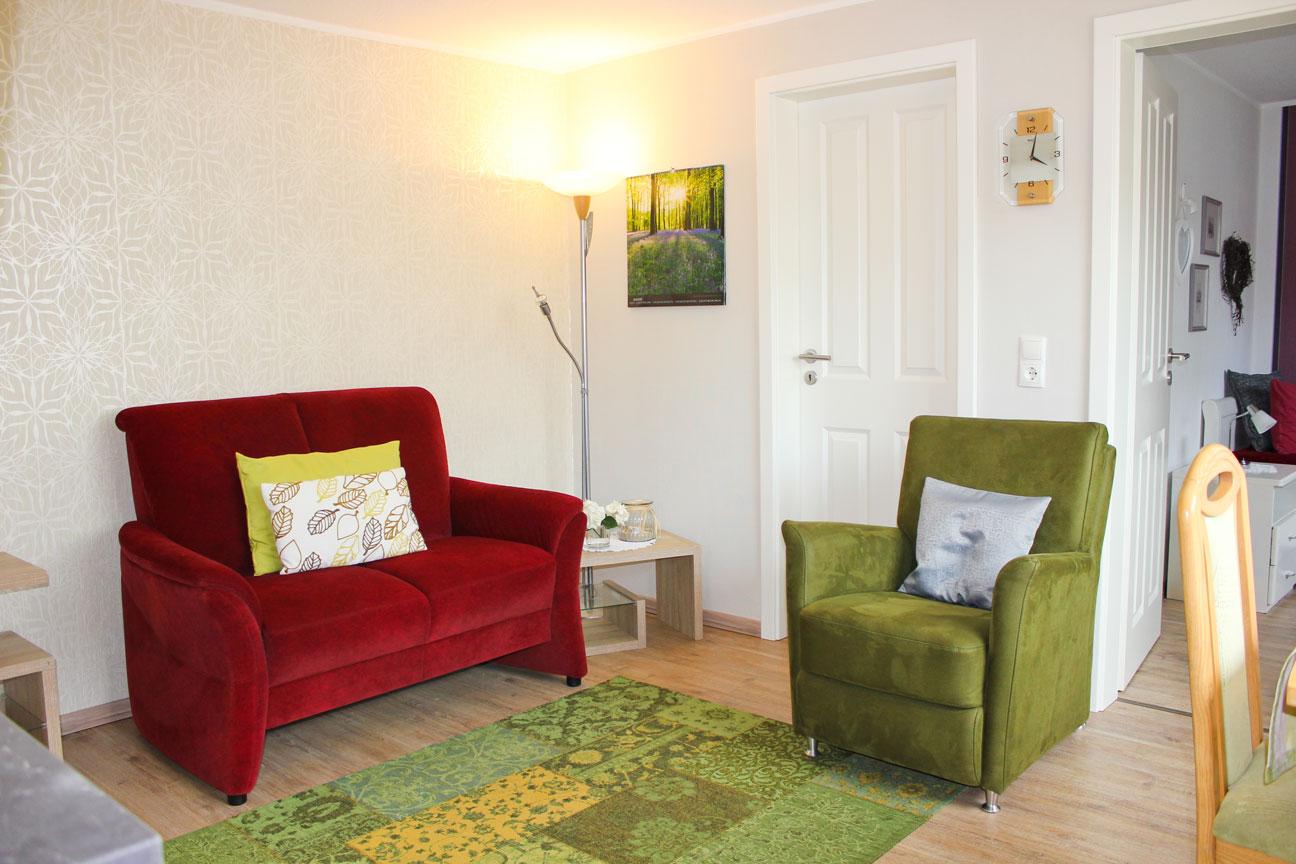 """Wohnzimmer der Ferienwohnung """"Rotschenkel"""" im Zentrum von Büsum an der Nordsee"""