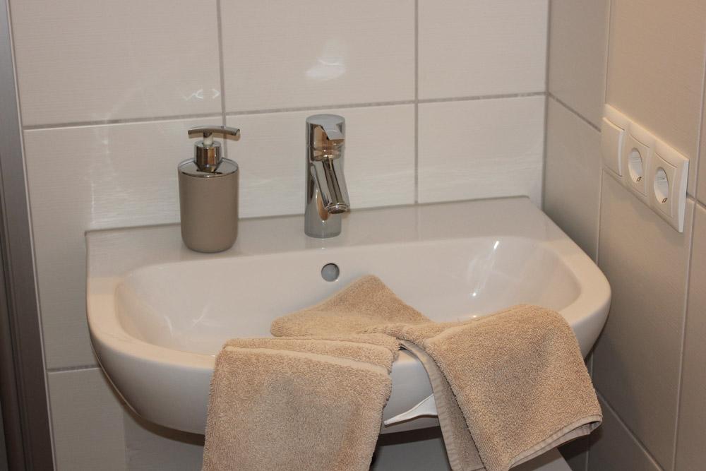 """Waschbecken in der Ferienwohnung """"Rotschenkel"""" im Zentrum von Büsum an der Nordsee"""