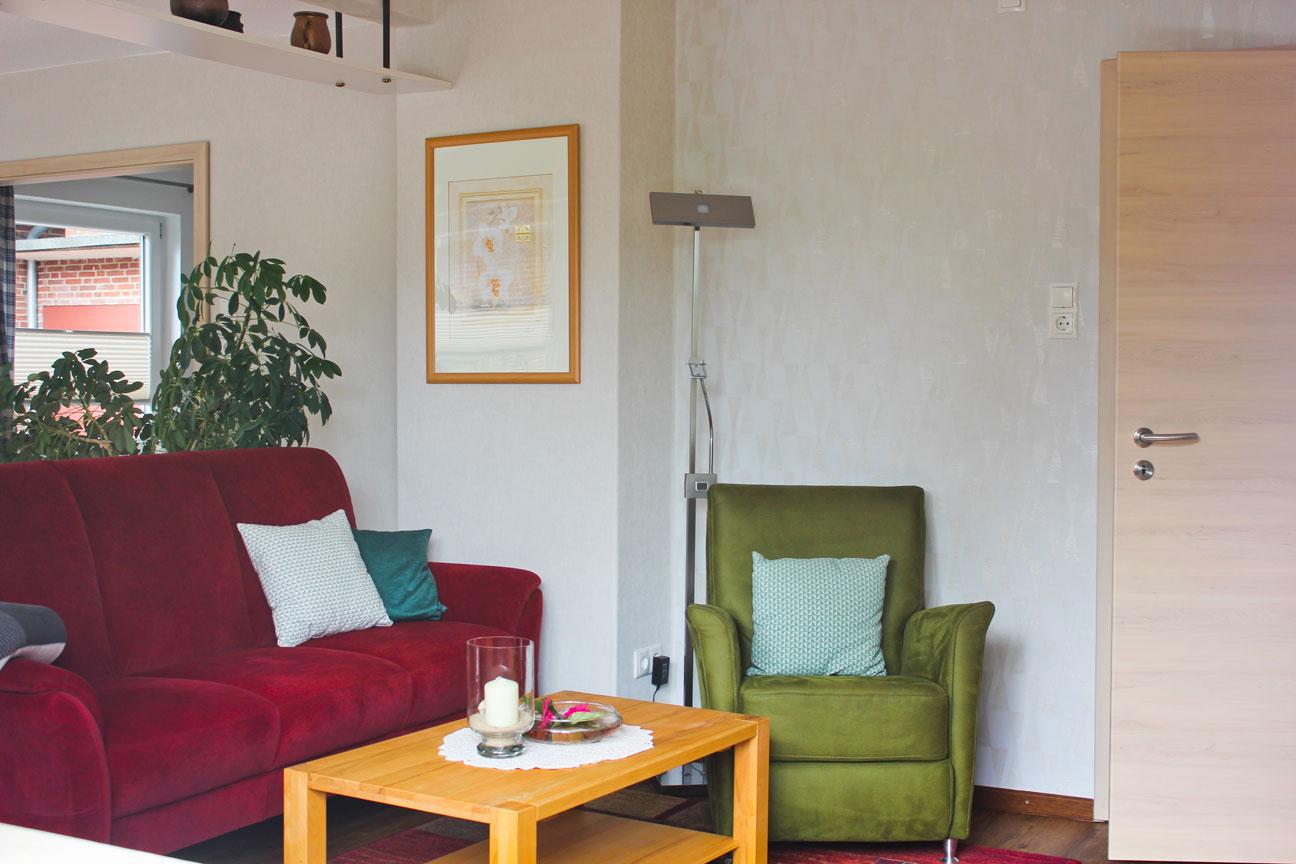 """Sofa in der Ferienwohnung """"Säbelschnäbler"""" im Zentrum von Büsum an der Nordsee"""