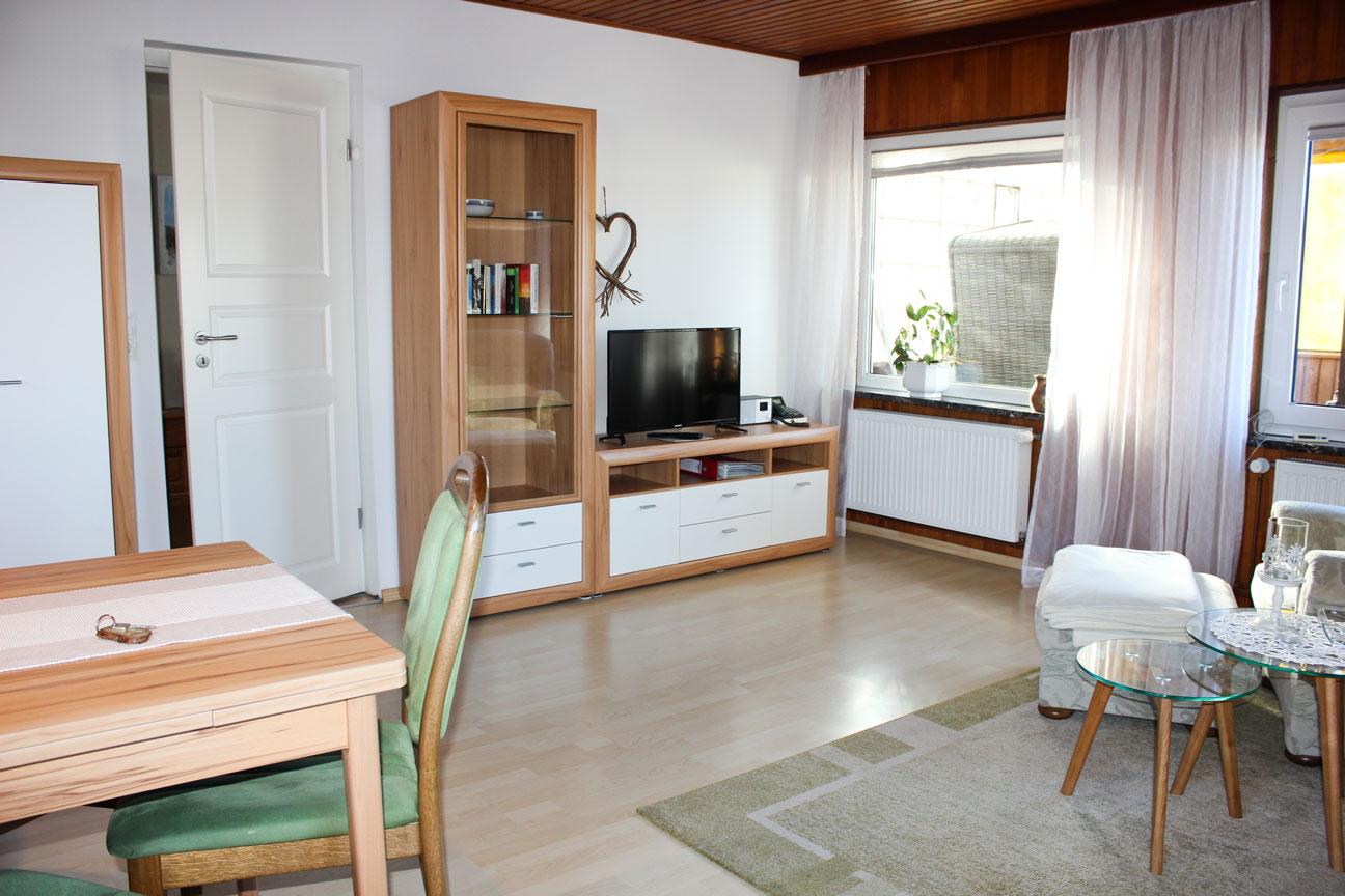 """Wohnzimmer der Ferienwohnung """"Kiebitz"""" im Zentrum von Büsum an der Nordsee"""