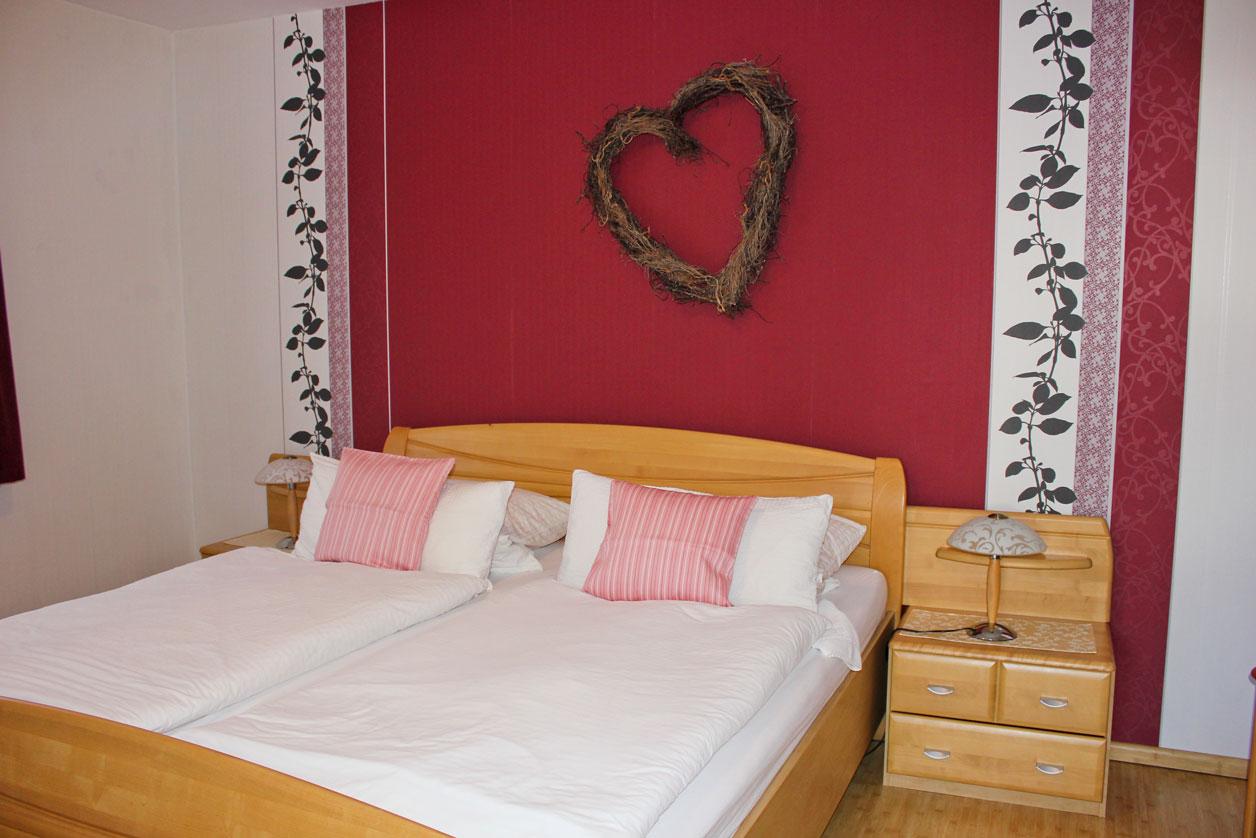 """Schlafzimmer der Ferienwohnung """"Lachmöwe"""" im Zentrum von Büsum an der Nordsee"""