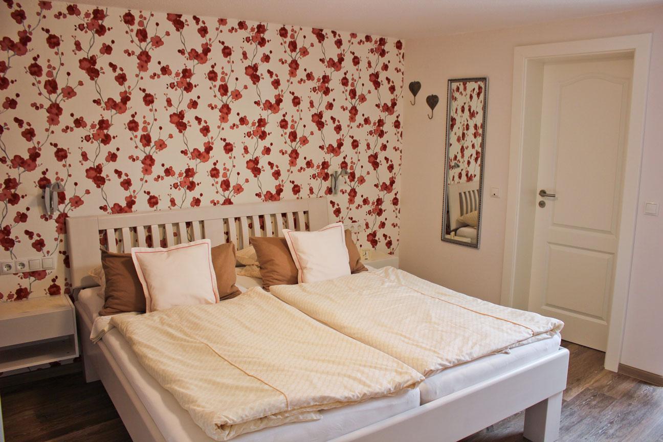"""Schlafzimmer der Ferienwohnung """"Austernfischer"""" im Zentrum von Büsum an der Nordsee"""