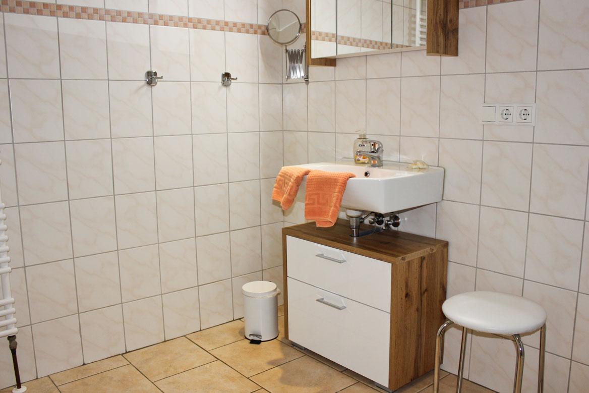 """Badezimmer der Ferienwohnung """"Lachmöwe"""" im Zentrum von Büsum an der Nordsee"""
