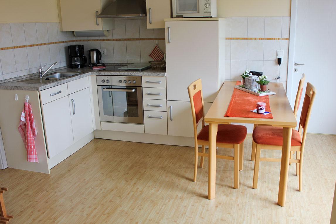 """Küche der Ferienwohnung """"Lachmöwe"""" im Zentrum von Büsum an der Nordsee"""