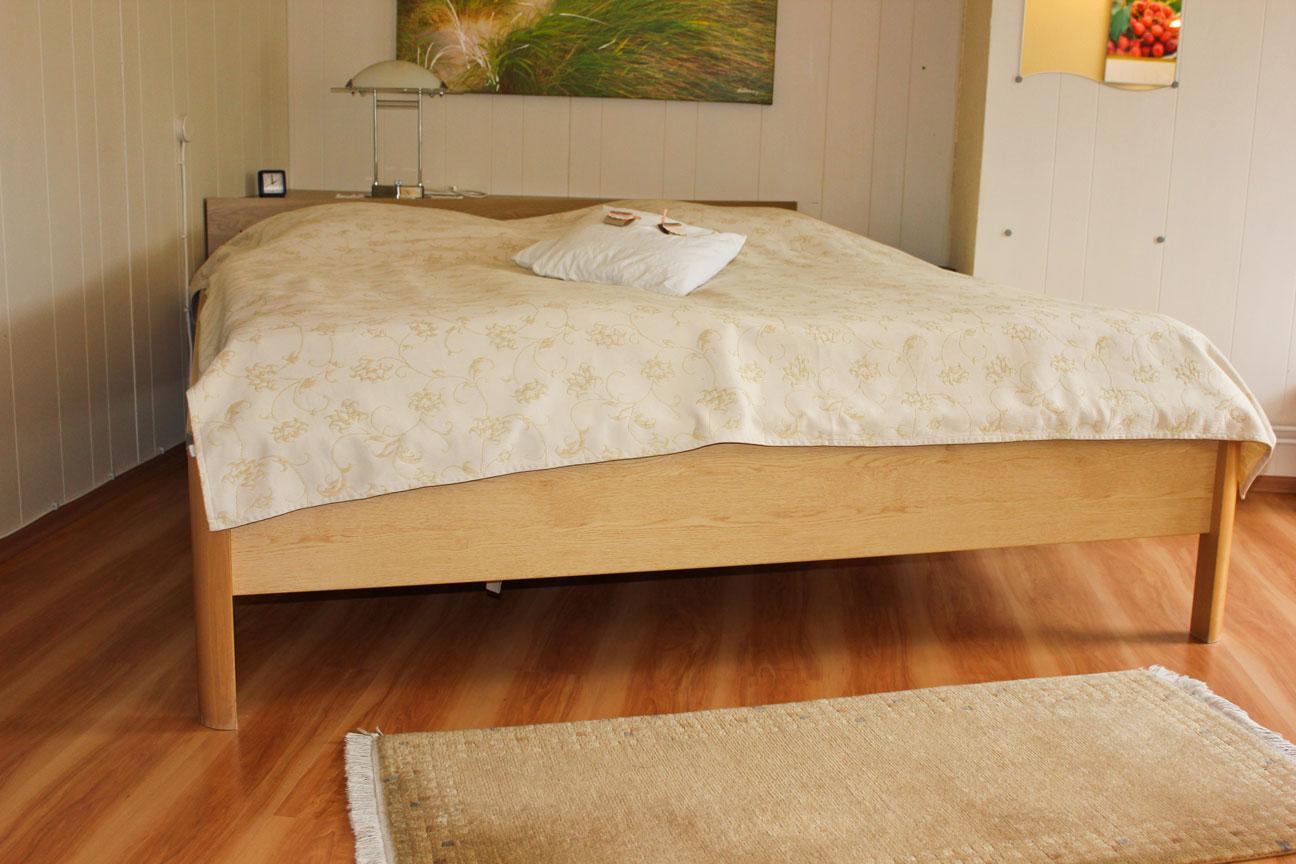 """Bett der Ferienwohnung """"Bachstelze"""" im Zentrum von Büsum an der Nordsee"""