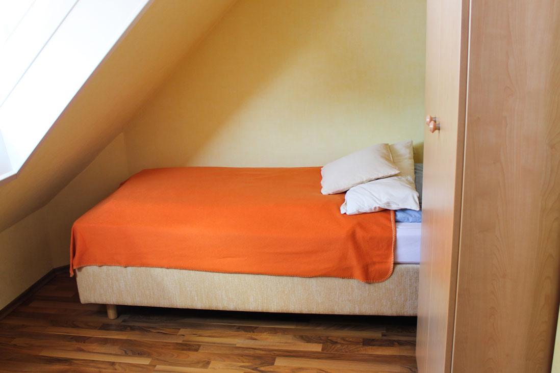 """Bett der Ferienwohnung """"Silbermöwe"""" im Zentrum von Büsum an der Nordsee"""