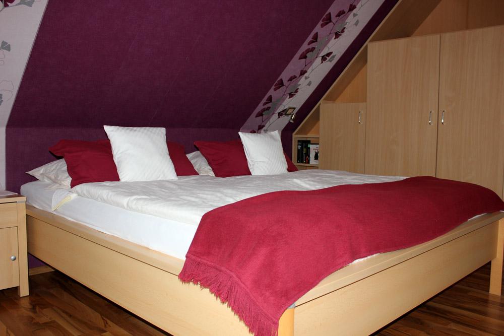 """Schlafzimmer der Ferienwohnung """"Silbermöwe"""" im Zentrum von Büsum an der Nordsee"""