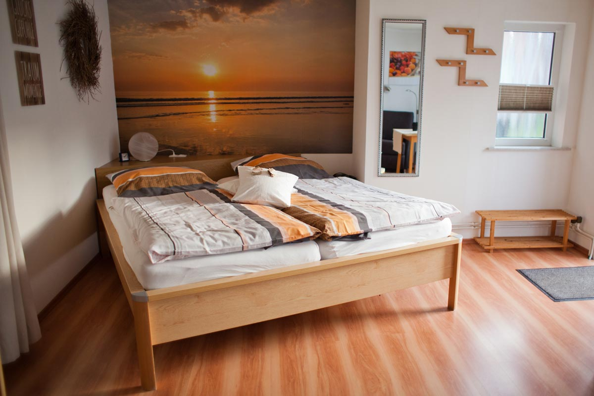 """Schlafbereich der Ferienwohnung """"Bachstelze"""" im Zentrum von Büsum an der Nordsee"""