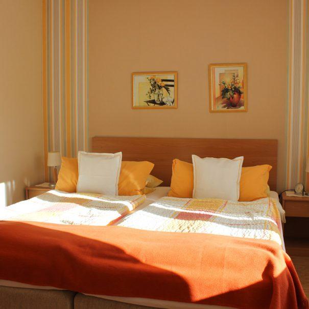 """Schlafzimmer der Ferienwohnung """"Seeschwalbe"""" im Zentrum von Büsum an der Nordsee"""